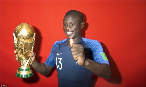 Chàng ngố Kante rốt cuộc cũng được tạo dáng cùng cúp vàng World Cup 2018