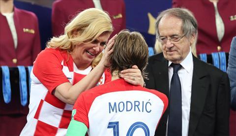 Tong thong Croatia lau nuoc mat cho thu quan Luka Modric sau khi doi Croatia thua Phap o chung ket World Cup toi qua. Anh: RT.