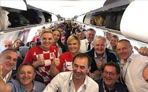 Ba Grabar-Kitarovic tren chuyen bay cung cac co dong vien Croatia sang Nga de co vu doi nha. Anh: Facebook.