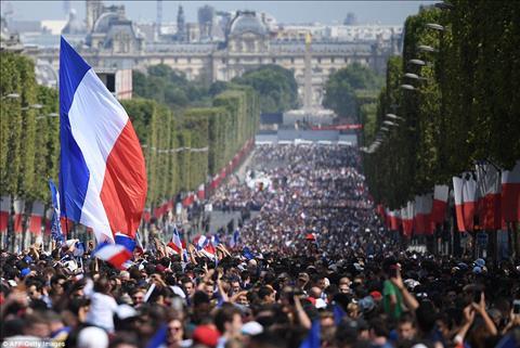 Nguoi ham mo Phap do ra dai lo Champs-Elysees chao don nhung nguoi hung tro ve.
