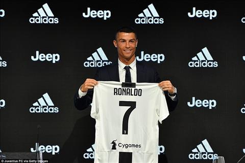 Hanh dong thu vi cua Ronaldo khi gioi thieu ao dau tai Juventus