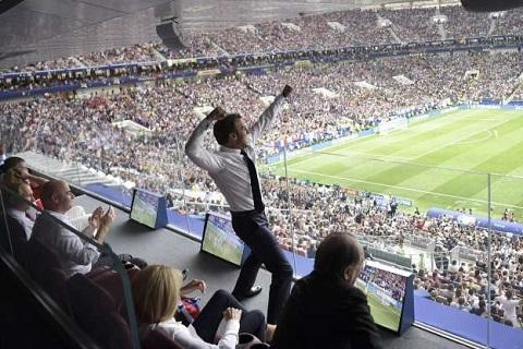 Ngập tràn ảnh chế về màn ăn mừng ấn tượng của Tổng thống Pháp