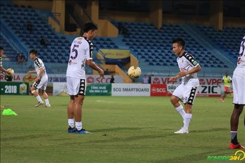 Quang Hai va Van Hau khoi dong truoc tran dau giua Ha Noi vs Binh Duong.