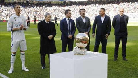 Cristiano Ronaldo roi Real Madrid khep lai 18 nam lien tiep so huu mot QBV trong doi hinh.
