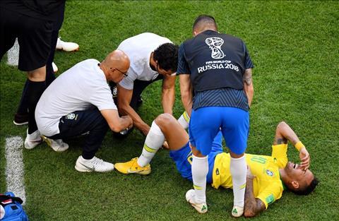Neymar lan lon tren duong pitch