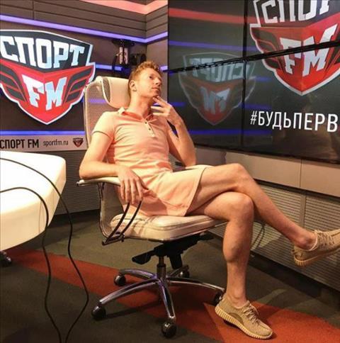 Nam phóng viên mặc váy đi làm sau khi Nga vào tứ kết World Cup hình ảnh