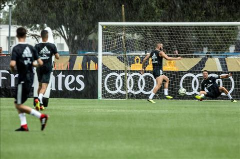 Thay thế Ronaldo, Gareth Bale đội mưa tập luyện cùng Real Madrid hình ảnh