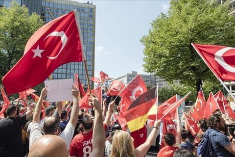 CĐV Đức biểu tình bằng cờ Thổ Nhĩ Kỳ để ủng hộ Ozil