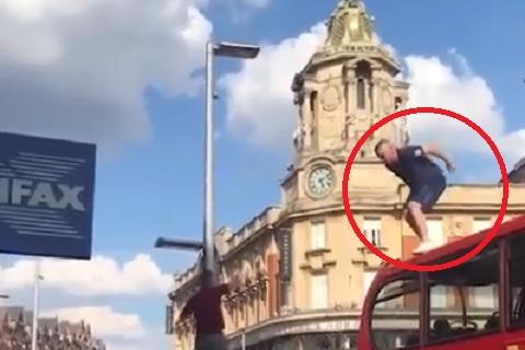 Anh vào bán kết sau 3 thập kỷ, fan cuồng… nhảy từ xe bus xuống ăn mừng