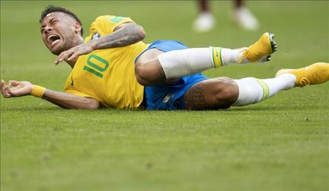 Dani Alves lên tiếng bảo vệ Neymar vì thói ăn vạ hình ảnh