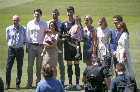Thủ môn Courtois đưa vợ cũ đến lễ ra mắt Real Madrid hình ảnh