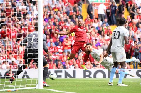 Sturridge cho Liverpool ghi ban sau khi vao san tu ghe du bi