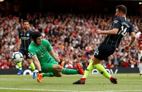 Thủ môn Petr Cech động viên đồng đội sau trận thua Man City hình ảnh