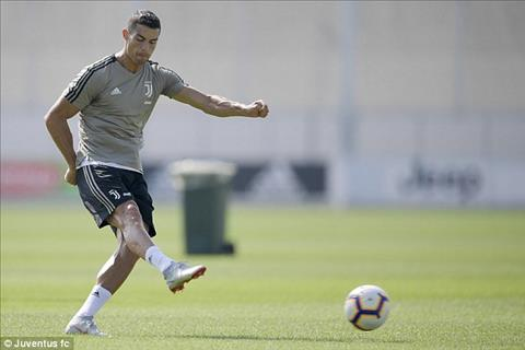 Sieu sao Ronaldo lai ghi ban trong mau ao Juventus