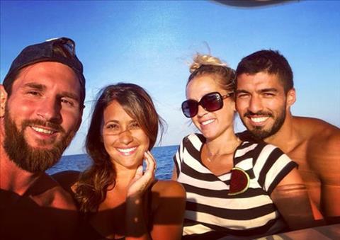 Messi và vợ đi chơi biển cùng gia đình Suarez hình ảnh
