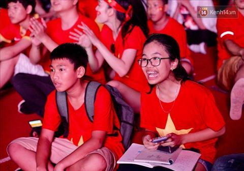 Cô bé học sinh vừa cổ vũ Olympic Việt Nam vừa  học bài hình ảnh
