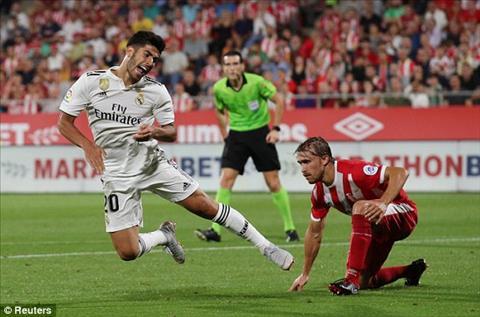 Marco Asensio bi pham loi trong vong cam o cuoi hiep mot.
