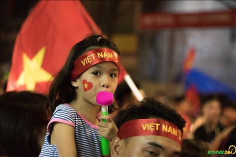 Chua hieu nhieu ve chien cong cua Olympic Viet Nam nhung cac em be rat thich thu voi bau khong khi an mung day soi dong.