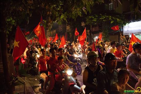 Olympic Việt Nam vào bán kết Người dân Thủ đô đốt cháy phố cổ hình ảnh