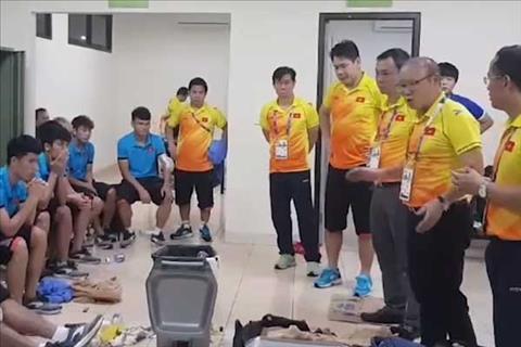 HLV Park Hang Seo dong vien Olympic Viet Nam trong gio nghi giua hai hiep.