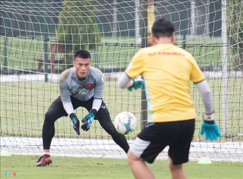 Thu mon Bui Tien Dung it co kha nang ra san o tran gap U23 Palestine. Anh: Zing.vn