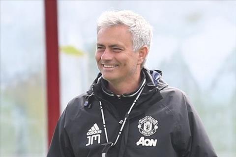 HLV Jose Mourinho được yêu cầu mỉm cười nhiều hơn