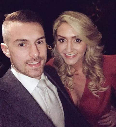 Tiền vệ Ramsey hạnh phúc vì vợ mang thai đôi hình ảnh
