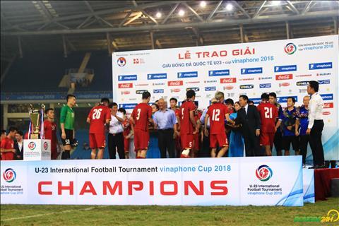 Thay tro HLV Park Hang Seo len buc nhan giai khi DT Olympic Viet Nam vo dich.