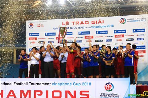 Khoanh khac doi truong Van Quyet nang cu sau khi DT Olympic Viet Nam vo dich giai giao huu tu hung quoc te.