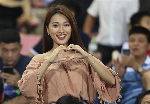 Hình ảnh người đẹp Ngọc Nữ cổ vũ trận U23 Việt Nam hình ảnh