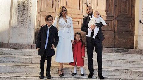 Hậu trường sân cỏ Tiền vệ Vidal chia tay vợ hình ảnh
