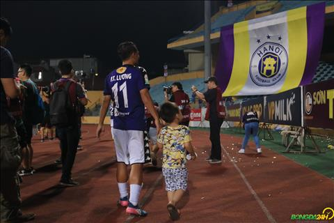 Tien ve Thanh Luong dan con trai xuong san an mung chuc vo dich cung ca doi.