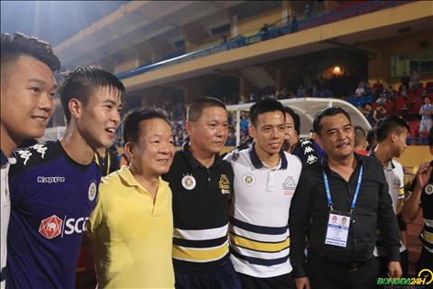 Bau Hien chup anh ghi lai cot moc an tuong cung Ha Noi FC.