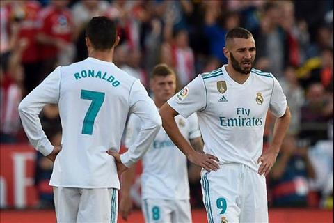 Karim Benzema tung phai hy sinh vi tri mui nhon tren hang cong cho Ronaldo.