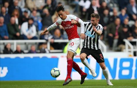 Arsenal vs Newcastle Ozil tranh bong