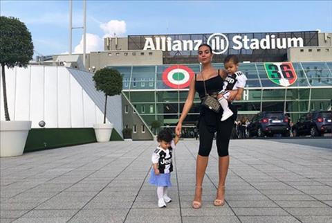 Bạn gái Ronaldo đưa hai con đến sân ở trận CR7 lập cú đúp hình ảnh