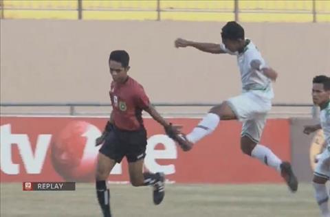 Cầu thủ đánh trọng tài tại Indonesia hình ảnh