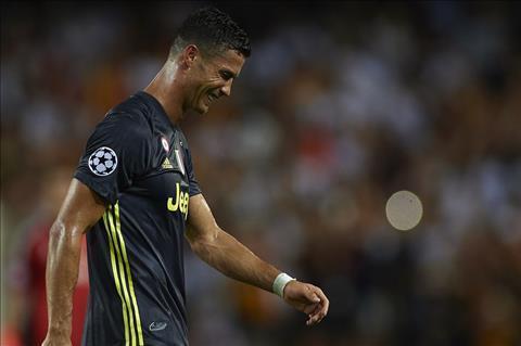 Cristiano Ronaldo nhận thẻ đỏ Nỗi ô nhục của bóng đá hình ảnh