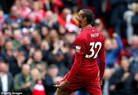 Joel Matip nhan doi cach biet cho Liverpool.