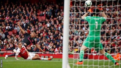 Cech choi xuat sac truoc Everton