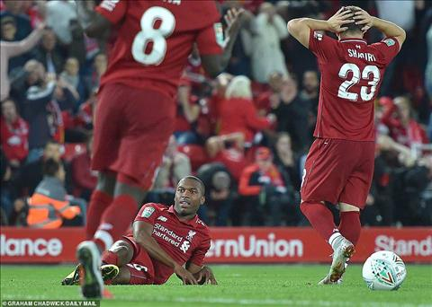 Daniel Sturridge bo lo nhieu co hoi ngon an trong tran Liverpool thua Chelsea tai League Cup.