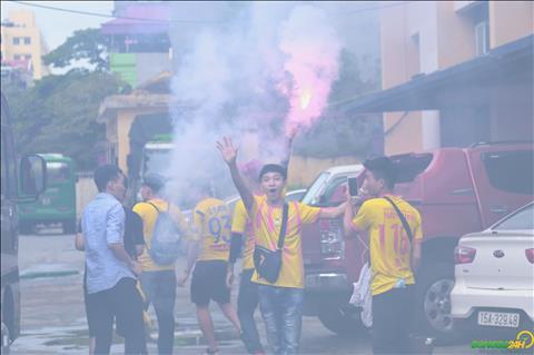 Nhom CDV tre tuoi cua Nam Dinh FC dot phao sang gay khoi mu mit o khu vuc ngoai san Thien Truong.