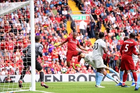 Daniel Sturridge ghi ban cho Liverpool