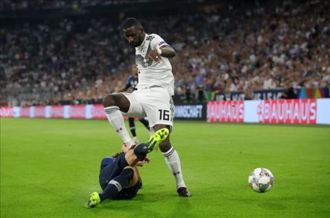 Benjamin Pavard chấn thương sau pha va chạm với Antonio Rudiger hình ảnh