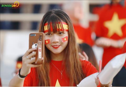 Nhieu fan nu tranh thu selfie.