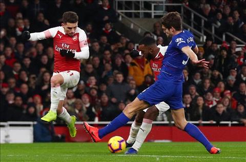 Lacazette cua Arsenal lam tung luoi Chelsea
