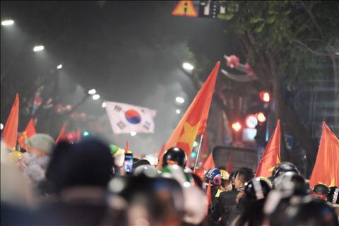 Chùm ảnh Nửa đêm, người dân Hà Nội vẫn đi bão ăn mừng trận thắng Jordan hình ảnh 2