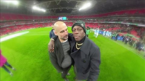 HLV Pep Guardiola và hậu vệ trái Benjamin Mendy của Man City hình ảnh