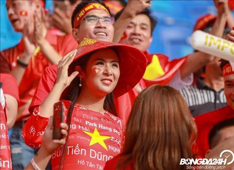 Chùm ảnh CĐV Việt Nam đốt cháy sân Al Maktoum, hoa hậu Ngọc Hân nổi bật trên khán đài hình ảnh 3