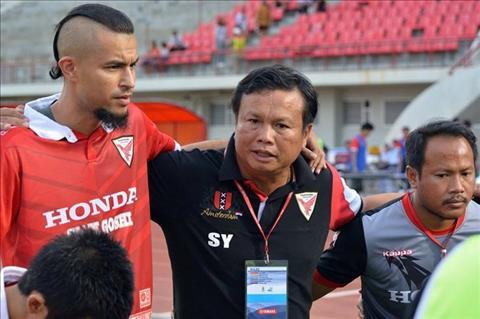 Ong Sirisak Yodyardthai (giua) khi con dan dat Thai Honda